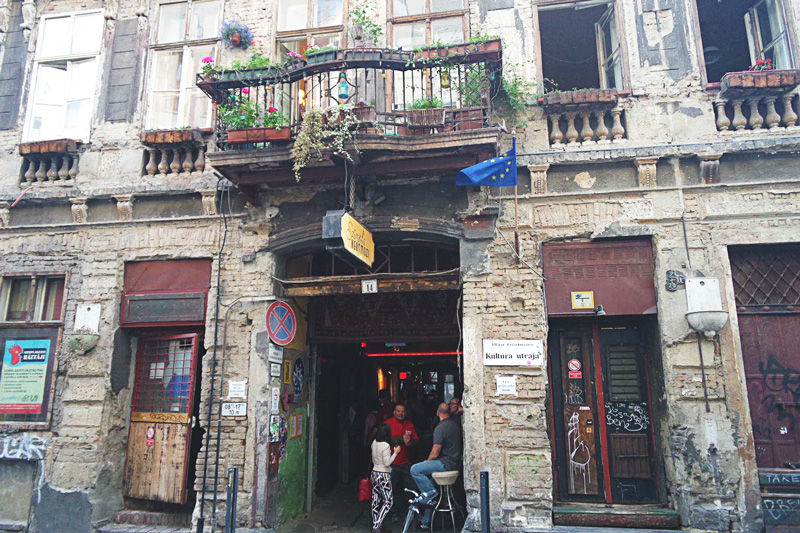 szimpla kert ruin bar budapest - should be on your bucket list! : D