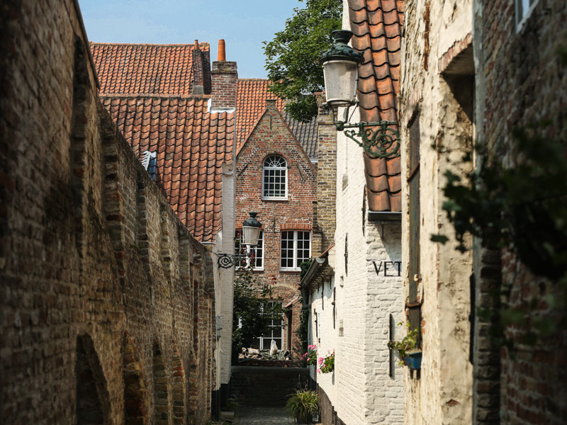 little lanes in bruges..how cute are they : )